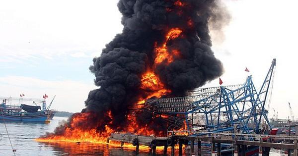 Tàu vỏ thép bốc cháy ngùn ngụt ở cảng Kỳ Hà