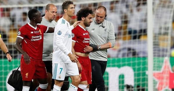 Sergio Ramos gửi lời chúc sức khỏe tới Salah