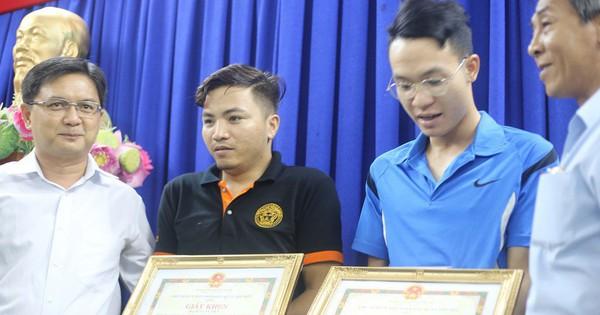 Thưởng nóng 3 nhân viên ngân hàng tham gia bắt 2 tên giật iPhone ở Sài Gòn