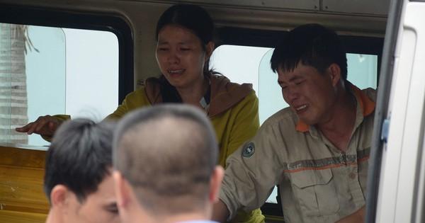 Ảnh: Chồng khóc ngất đưa linh cữu vợ con bị xe tải lùi chết về quê