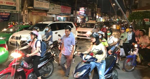 Ô tô húc văng thanh gác chắn tàu hỏa ở Sài Gòn, giao thông bị ùn tắc nhiều giờ