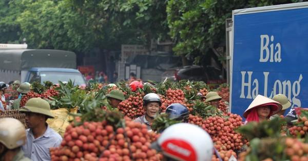 Ảnh: Dân Bắc Giang xếp hàng cả tiếng đồng hồ chờ cân vải