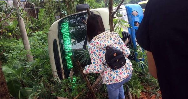 Xe tải tông xe khách lật ngửa, 3 người bị thương