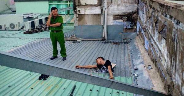 Nam thanh niên bị kẹt trên mái nhà sau khi trộm điện thoại, công an tới giải cứu