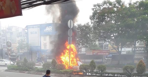 Ô tô bốc cháy dữ dội trên đường phố Sài Gòn