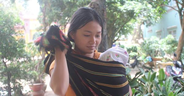Nữ sinh Gia Lai bế con 3 tháng tuổi dự thi THPT Quốc gia 2018