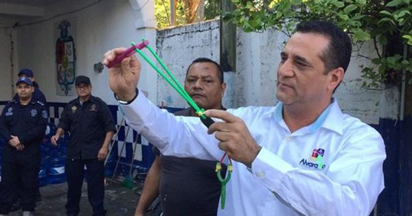 Cảnh sát Mexico bị tước vũ khí, chuyển sang dùng… súng cao su và đá cuội