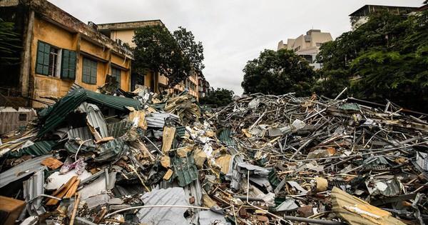 """Chùm ảnh: Thót tim cảnh rác thải phế liệu ngập ngụa, """"rình rập"""" người đi đường"""
