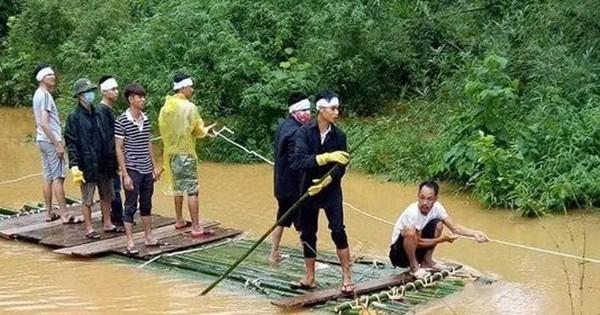 Xót xa hình ảnh ngày mưa lũ, người thân phải dùng bè tre chở thi thể đi chôn cất