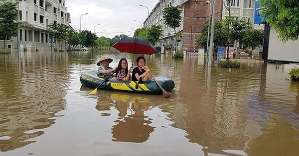 """Đường ngập lụt, người dân chèo thuyền như """"sông nước miền Tây"""""""