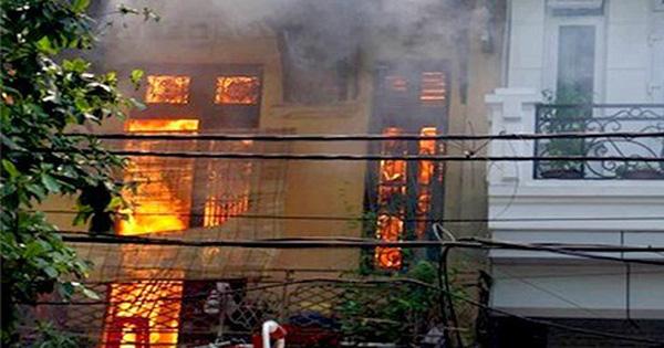 Ngôi nhà cổ kiểu Pháp bùng cháy dữ dội tại Hà Nội