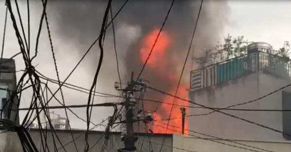 Cháy lớn căn nhà sau lưng chợ Hòa Hưng giữa cơn mưa, tiểu thương ôm đồ đạc tháo chạy
