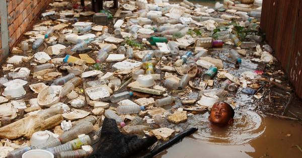 """7 ngày qua ảnh: Em bé """"bơi cùng rác"""" trên sông Mekong vào mùa lũ"""