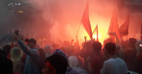 Người Sài Gòn nổi lửa giữa mưa ở phố đi bộ Nguyễn Huệ cổ vũ U23 Việt Nam