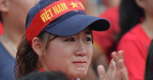 Nhiều cổ động viên nữ bật khóc khi Olympic Việt Nam hụt huy chương đồng