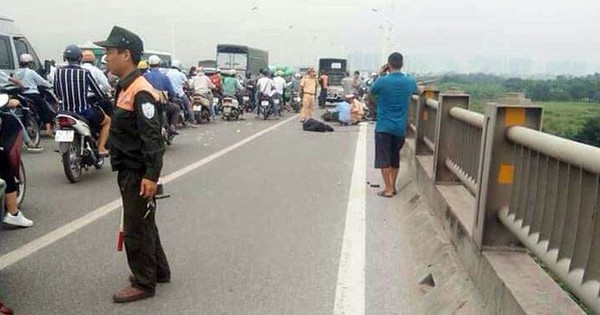 Người đàn ông đi xe máy tử vong trên cầu Vĩnh Tuy