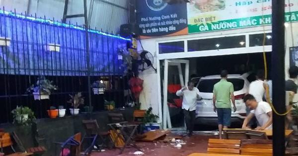 Xe ô tô 7 chỗ lao vào quán nhậu, 6 người nhập viện cấp cứu