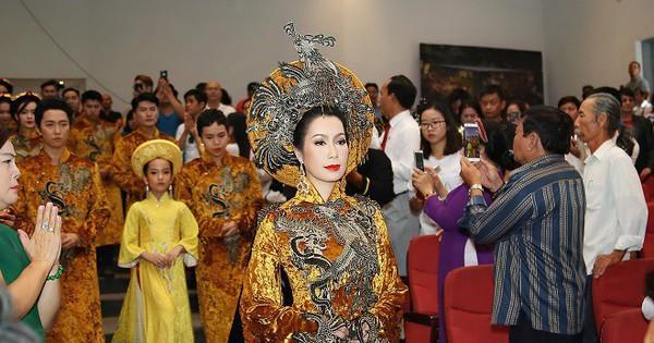 Sân khấu Trịnh Kim Chi thực hiện nghi lễ cúng Tổ long trọng