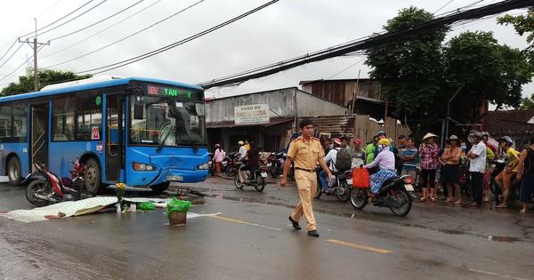 Xe máy tông trực diện xe buýt ở Sài Gòn, 2 người thương vong