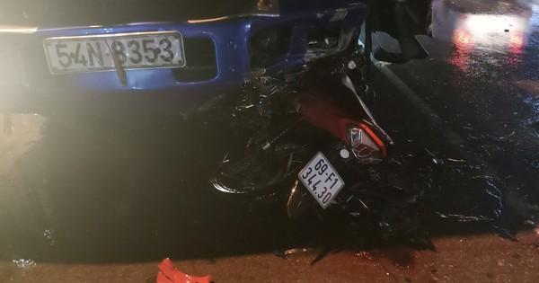 Xe máy dính chặt đầu xe tải, người đàn ông tử vong
