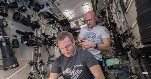 """Phi hành gia Mỹ dùng máy ảnh 500 triệu để chụp Trái Đất, nhưng """"phí ship"""" lên còn đắt tới 3 tỷ đồng"""