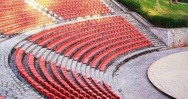 Hàng ghế trắng triệu góc sống ảo ở Đà Lạt đã được sơn đỏ hết rồi ư?