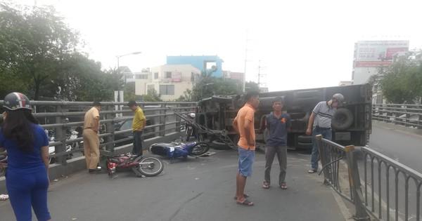 Xe tải lật trên cầu vượt trúng 2 xe máy ở Sài Gòn, ít nhất 3 người bị thương