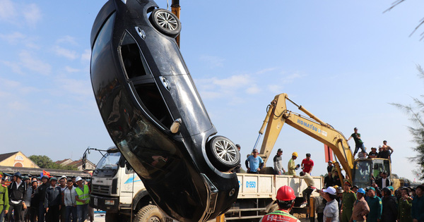Xót lòng cảnh trục vớt 3 thi thể trong một gia đình vụ ô tô lao xuống sông Thu Bồn
