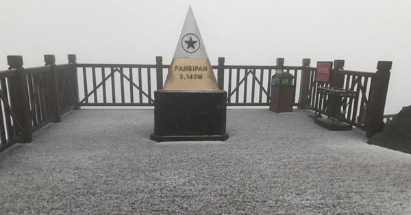 Đỉnh Fansipan phủ kín băng trắng sau cơn mưa kéo dài 30 phút