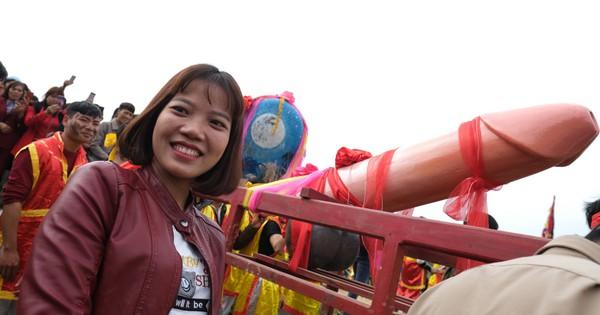 Chị em phụ nữ bạo dạn chụp ảnh bên Tàng Thinh – sinh thực khí nam ở Lễ hội Ná Nhèm