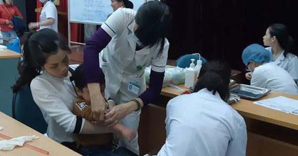 [Nóng] Ăn thịt đầy hạch trắng, hơn 400 học sinh từ Bắc Ninh xuống Hà Nội xếp hàng xét nghiệm sán lợn