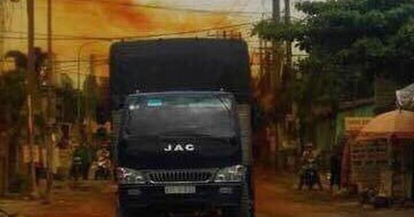 Khí lạ bất ngờ xì ra từ xe tải, cả khu dân cư náo loạn, người dân nháo nhào bỏ chạy