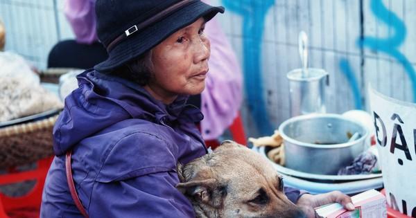 Câu chuyện đáng yêu của người phụ nữ bán vé số và chú chó lang thang ở Đà Lạt