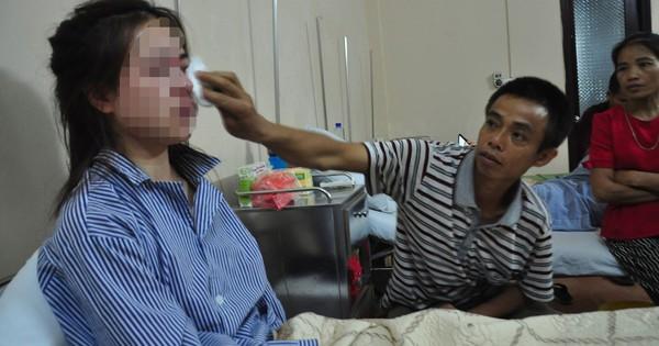 Nghe tin con gái rạch mặt người khác, mẹ ngã gục tại bệnh viện