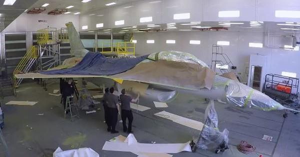 """Cận cảnh Mỹ """"hô biến"""" tiêm kích F-16C thành chiến đấu cơ Su-57 của Nga"""