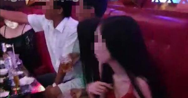 """Lộ clip nhậu và hát karaoke có tiếp viên """"rót bia"""", nhóm cán bộ bị kiểm điểm"""