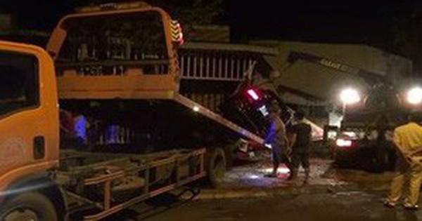 Xe Mercedes tông sập nhà dân, 3 người thương vong