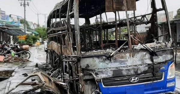 Xe khách cháy rụi, hàng chục hành khách thoát chết trong gang tấc