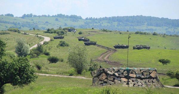 Xe tăng Mỹ đi lạc vào cánh đồng của nông dân Romania