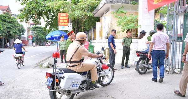 """Ảnh: Cảnh sát Hà Giang dùng xe chuyên dụng hú còi """"hộ tống"""" thí sinh ngủ muộn đến điểm thi"""