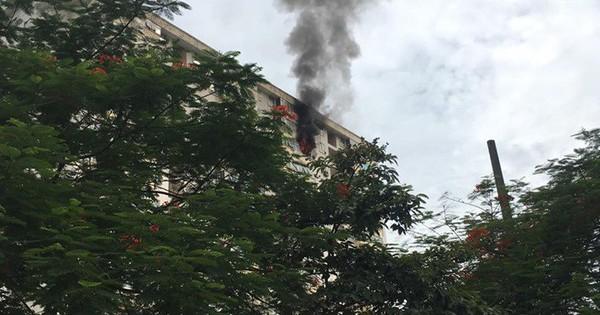 Hà Nội: Cháy tại tầng 15 tòa chung cư ở Nam Trung Yên, khói bốc ra nghi ngút