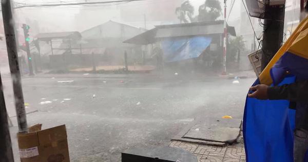 Tiền Giang: Mưa giông dữ dội làm tốc mái hơn 100 căn nhà, xe cộ nằm la liệt giữa đường
