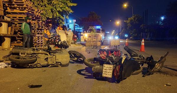 3 xe máy tông nhau giữa đêm khuya, 5 người nguy kịch