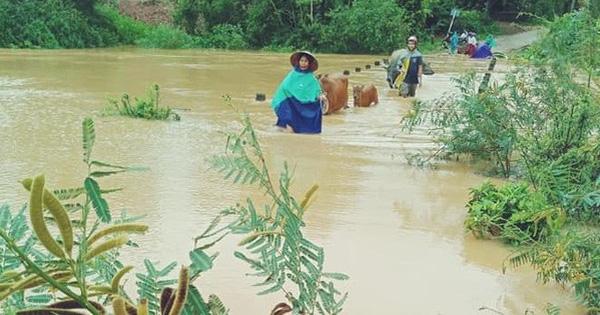 Hàng trăm trường học hoãn khai giảng vì mưa lũ