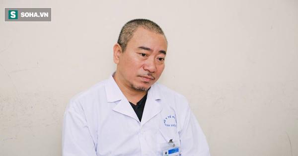 """Nỗi ám ảnh của vị bác sĩ 20 năm tiếp xúc với bệnh nhân HIV và câu hỏi """"đắng lòng"""" của con"""