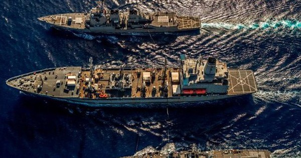 """Mỹ – Anh lần đầu tiên điều tàu chiến tập trận ở Biển Đông để """"thách thức"""" Trung Quốc"""