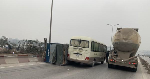 2 vụ tai nạn liên tiếp trong vòng 1 tiếng, cầu Thanh Trì ùn tắc hàng dài ngày cuối tuần