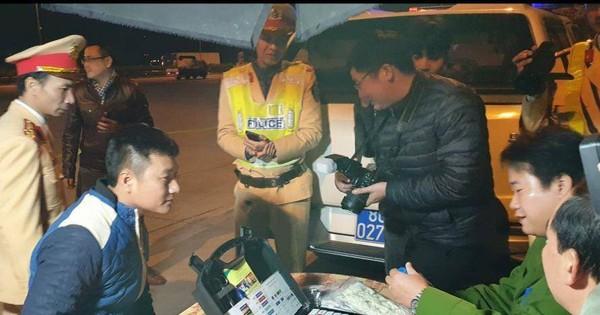 Cận cảnh CSGT test ma túy tài xế container, xe khách trên cao tốc