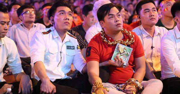 Vị đại gia đeo đầy vàng lại gây chú ý khi xuất hiện trên phố Sài Gòn cổ vũ cho ĐT Việt Nam trong trận tứ kết Asian Cup 2019