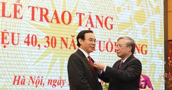 Trao Huy hiệu 40 năm tuổi Đảng cho Chánh Văn phòng TW Nguyễn Văn Nên